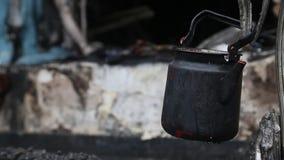 Chaleira preta em ruínas carbonizadas na construção queimada filme