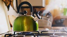 Chaleira que ferve em um fogão de gás filme