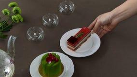 Chaleira transparente bonita do bule com chá preto verde saboroso com maçã, com velas e com a sobremesa no imagens de stock