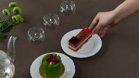 Chaleira transparente bonita do bule com chá preto verde saboroso com maçã, com velas e com a sobremesa no imagem de stock