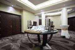 Chaleira-vasilha com utensílios de mesa no partido de pé Foto de Stock Royalty Free