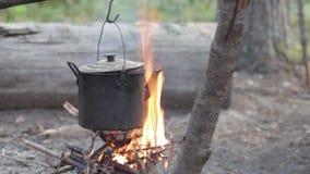 Chaleira velha do ferro no fogo vídeos de arquivo
