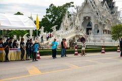Chalermchai欢迎第一个小组车手通过白色寺庙 妈妈事件的自行车 库存图片