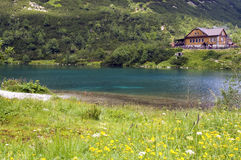 Chalet à côté d'un lac vert Images libres de droits