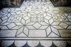 Chalet Adriana Mosaicos blancos y negros con el motifsdecorate geométrico los pisos de diversos ambientes Ventanas viejas hermosa Fotografía de archivo