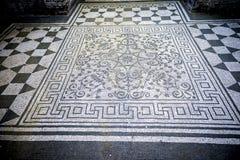 Chalet Adriana Mosaicos blancos y negros con el motifsdecorate geométrico los pisos de diversos ambientes Ventanas viejas hermosa Imagen de archivo libre de regalías