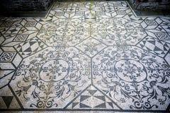 Chalet Adriana Mosaicos blancos y negros con el motifsdecorate geométrico los pisos de diversos ambientes Ventanas viejas hermosa Fotos de archivo