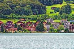 Chalet alla montagna Bern Switzerland del lago Brienz e di Brienzer Rothorn Immagini Stock