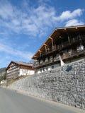 Chalet alpestre en valle de la montaña foto de archivo libre de regalías