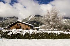 Chalet alpin en bois traditionnel Photos libres de droits