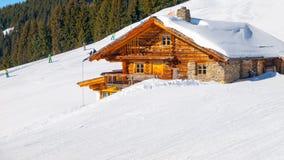 Chalet alpino di legno tradizionale il giorno di inverno soleggiato Alpi, Europa fotografia stock