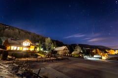 Chalet austriaco dell'altopiano coperto da neve alla notte Fotografia Stock Libera da Diritti