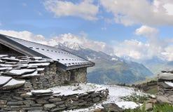 chalet in berg stock fotografie
