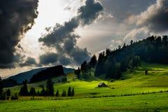 Chalet bij bewolkte heuvels in Oostenrijk royalty-vrije stock afbeeldingen