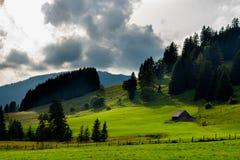 Chalet bij bewolkte heuvels in Oostenrijk royalty-vrije stock afbeelding