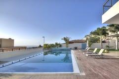 Chalet blanco de lujo con la piscina Fotos de archivo libres de regalías