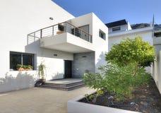 Chalet blanco de lujo con la piscina Imagenes de archivo