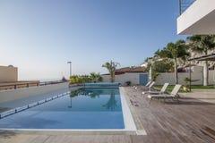 Chalet blanco de lujo con la piscina Imagen de archivo