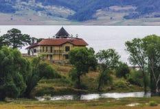 Chalet cerca del lago Fotografía de archivo libre de regalías