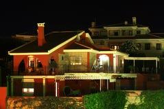 Chalet con colores de la noche imagen de archivo libre de regalías