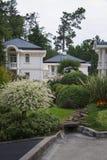 Chalet con el jardín Imagen de archivo libre de regalías