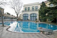 Chalet con la piscina imagen de archivo libre de regalías