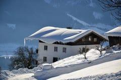 Chalet d'Alpes en hiver Photos stock