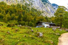 Chalet dans Koenigssee, Konigsee, parc national de Berchtesgaden, Bavière, Allemagne image stock