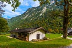 Chalet dans Koenigssee, Konigsee, parc national de Berchtesgaden, Bavi?re, Allemagne images libres de droits