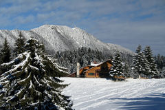 Chalet dans les montagnes photographie stock