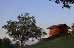Chalet in de Alpen bij zonsondergang royalty-vrije stock afbeeldingen