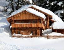 Chalet in de berg met witte sneeuw royalty-vrije stock afbeelding