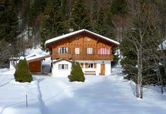 Chalet in de berg van het Juragebergte, Zwitserland, door de winter royalty-vrije stock fotografie