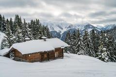 Chalet in de berg wordt verloren die royalty-vrije stock afbeelding