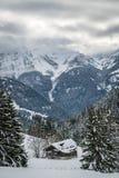 Chalet in de berg in Zwitserland wordt verloren dat royalty-vrije stock afbeelding