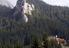 Chalet in de bergen royalty-vrije stock afbeeldingen