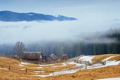 Chalet in de bergen stock foto's