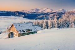 Chalet in de bergen De Karpaten, de Oekraïne, Europa stock afbeelding