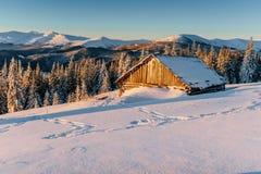 Chalet in de bergen De Karpaten, de Oekraïne, Europa stock fotografie