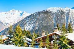 Chalet in de bergen in de winter royalty-vrije stock fotografie