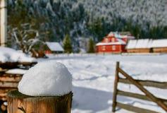 Chalet de la montaña en el paisaje de la nieve Imagen de archivo