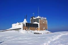 Chalet de la montaña con los paneles solares Imagen de archivo