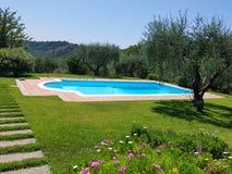 Chalet de lujo de la piscina en Italia imágenes de archivo libres de regalías