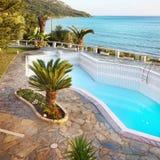 Chalet de lujo de las vacaciones, piscina imágenes de archivo libres de regalías