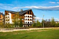 Chalet de madera del montante alpino del hotel de Kempinski adentro Imágenes de archivo libres de regalías