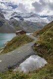 Chalet de Mooserboden dans le lac photographie stock libre de droits
