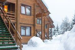 Chalet in de skitoevlucht stock afbeeldingen