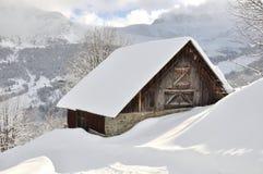 Chalet in de sneeuw royalty-vrije stock afbeelding