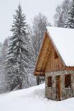 Chalet in de winter stock foto