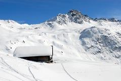 Chalet in de winter stock afbeeldingen